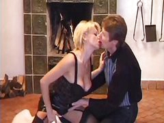 MILF in the throes of passion doesn't mind getting fisted